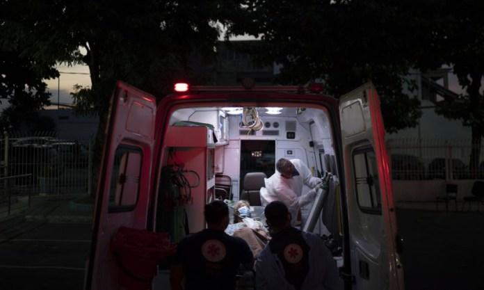 Một bệnh nhân Covid-19 được đưa lên xe cấp cứu tại thành phố Duque de Caxias, Brazil, hôm 24/3. Ảnh: AP.