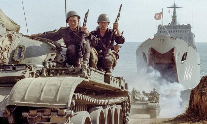 Xe tăng Liên Xô trong một cuộc diễn tập đổ bộ. Ảnh: Sputnik.