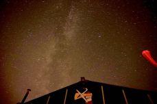 Sarry Starry Night; Melkweg boven de hangaar (Foto: Jens van Davenne)