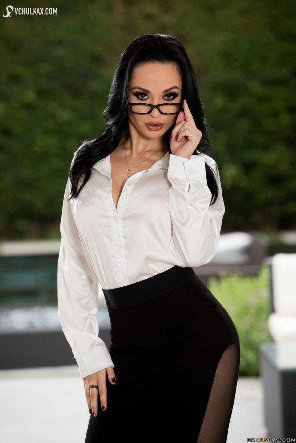 Сексапильная бизнесвумен в очках полностью разделась ...