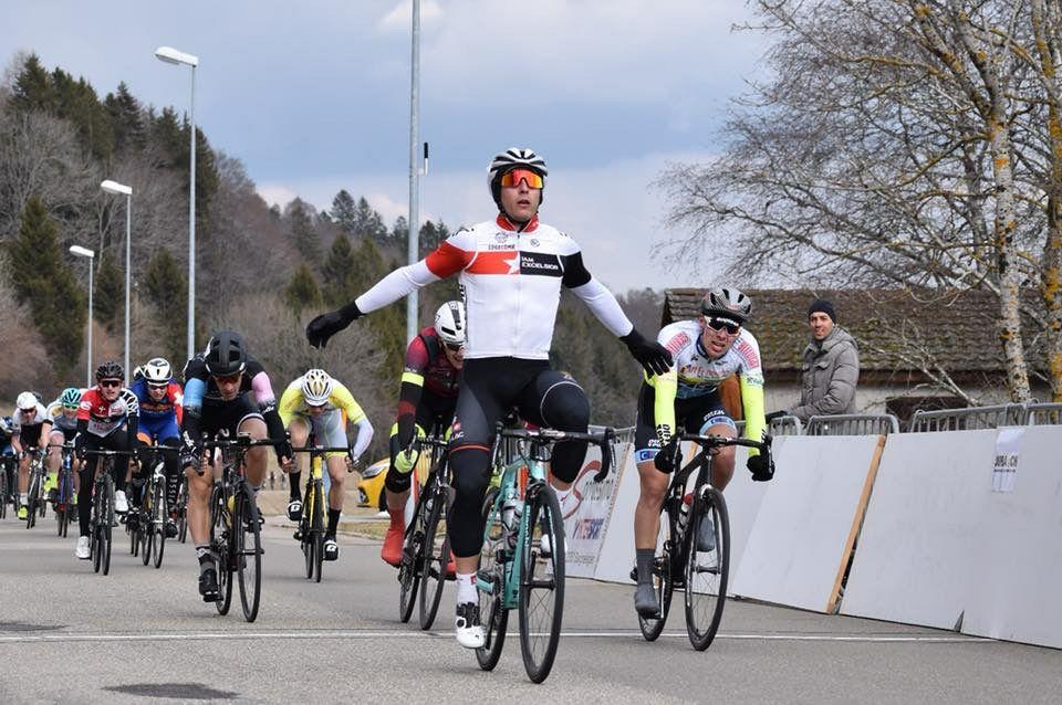 Ballabio offre son premier bouquet à IAM Excelsior | Vélo-Club Excelsior  Martigny
