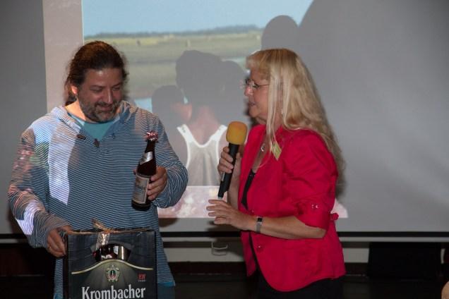 Frank Schäfer freut sich über die Berliner Biersorten als Geschenk, Foto Uwe Konrad