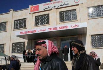 """صورة لمستشفى في جرابلس وقد كُتب اسم المستشفى بالتركية إلى جانب العربية بعد أن سيطرت تركيا على المدينة ضمن عملية """"درع الفرات"""" التي أطلقتها عام 2017."""