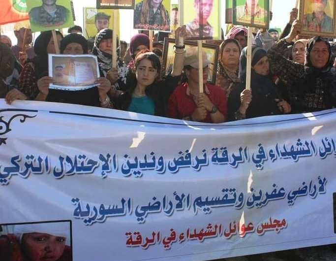 آلاف السوريين يتظاهرون أمام قاعدة للتحالف رفضاً للتهديدات التركية