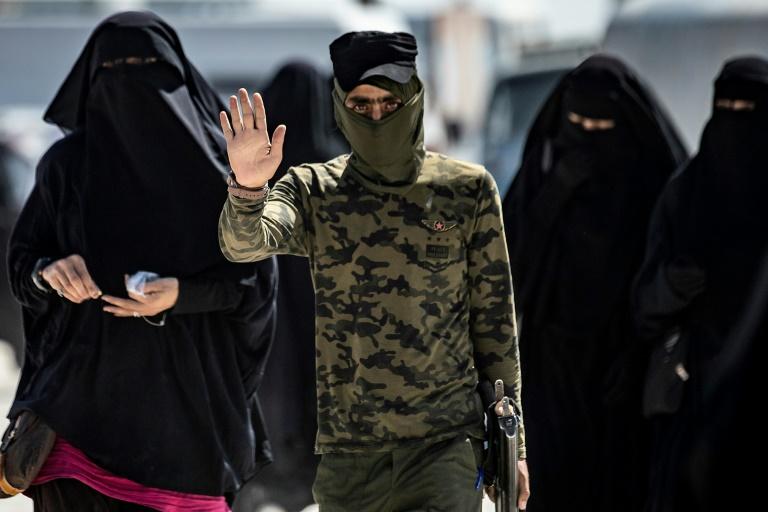أفراد عائلات مقاتلي تنظيم الدولة الإسلامية لا يستسلمون في مخيم الهول