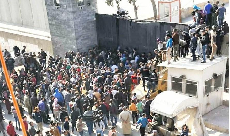 فيديو..قتيل وجريح بعد إطلاق نار من قبل الشرطة على متظاهرين طالبوا بخروج القوات التركية من سوريا