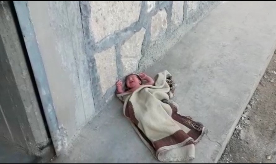 الفقر دفعها لالقاء طفلتها في الشارع….معاناة النازحين في المناطق الخاضعة لتركيا شمال سوريا