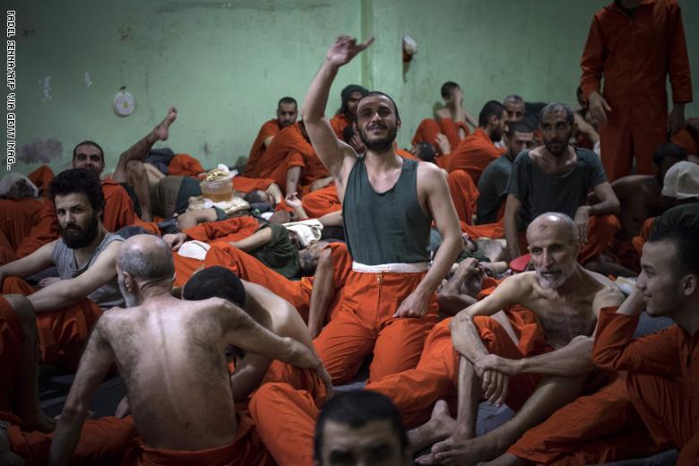 """بعد تكرار العصيان ومحاولات فرار مقاتلين من """"داعش"""".. أمريكا ستُزود سجون قوات سوريا الديمقراطية بأقنعة ودروع وهراوات"""