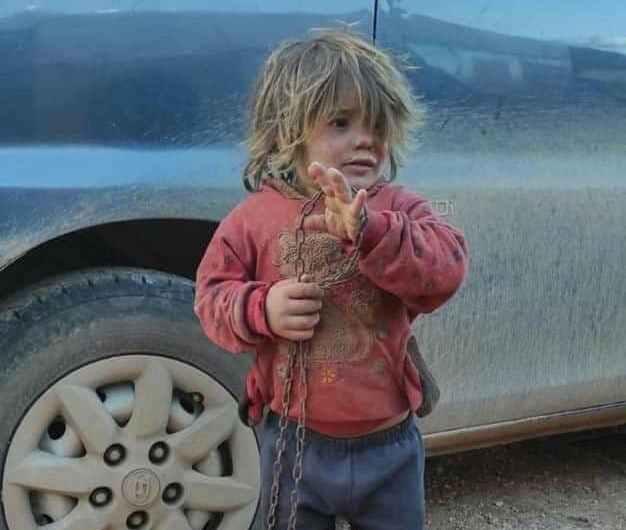 ادلب …طفلة سورية قيدها والدها وسجنها في قفص فماتت جوعاً وعطشاً