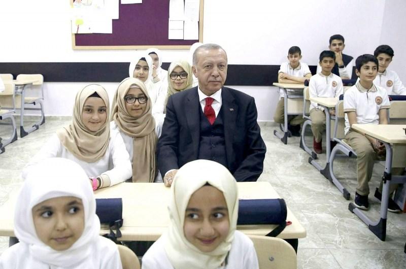 برسالة واتساب جماعية …. تركيا تفصل 13 ألف مدرس سوري وتتركهم لمصير مجهول