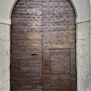 Restoration of a wooden door of an ancient farmhouse in Trezzo