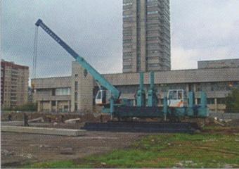 Установка для вдавливания свай на площадке строительства (Приморский район СПб)