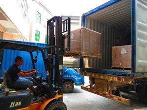 Загрузка товара в контейнер для автоперевозки
