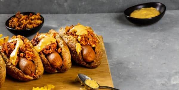 [:de]Veganer Chili Käse Hot Dog - ein ultimatives, amerikanisches Komfortrezept[:en]Vegan Chili Cheese Dogs - Reinvent the Ultimate Comfort Recipe [:]