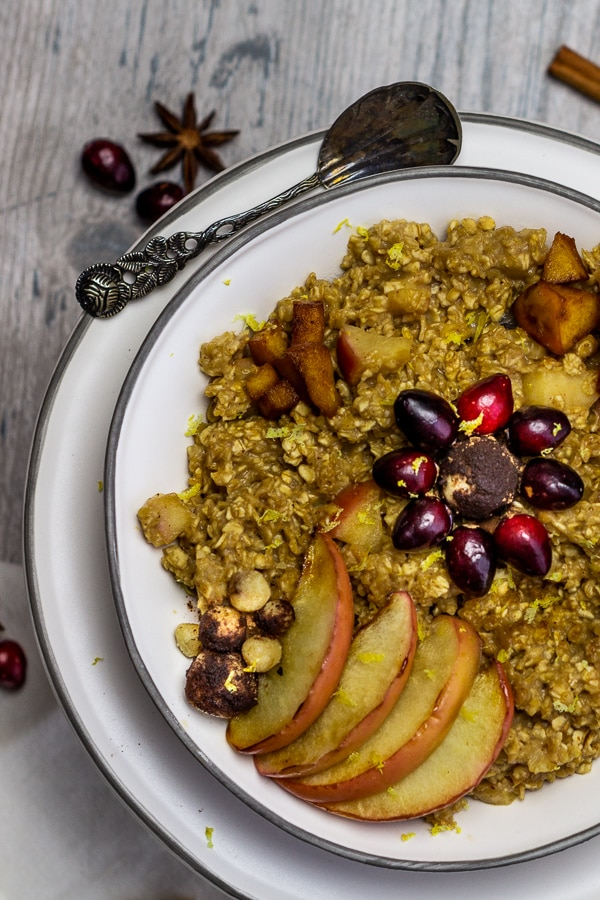Vegan Baked Apple Cinnamon Oatmeal with marzipan is a warming breakfast perfect for the cold season. With roasted apple pieces and homemade marzipan, this vegan apple cinnamon oatmeal simply tastes delicious.