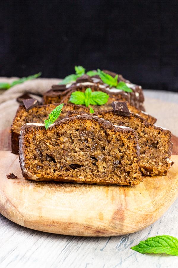 Wer liebt nicht Schokoladenkuchen? Hier gibt es einen veganen Pfefferminz Schokoladenkuchen mit dem tollen Nougat Geschmack der Haselnüsse und ein Hauch von frischer Pfefferminz. Dieser gesunde Schokoladenkuchen wird der Hit auf jeder Geburtstagsparty oder einfach wenn du Lust auf etwas Süßes hast. Trinke dazu eine Tasse Kaffee, Tee oder Kaba. vegan | auf Pflanzenbasis | milchfrei | lactosefrei | eifrei | sojafrei | raffiniert zuckerfrei