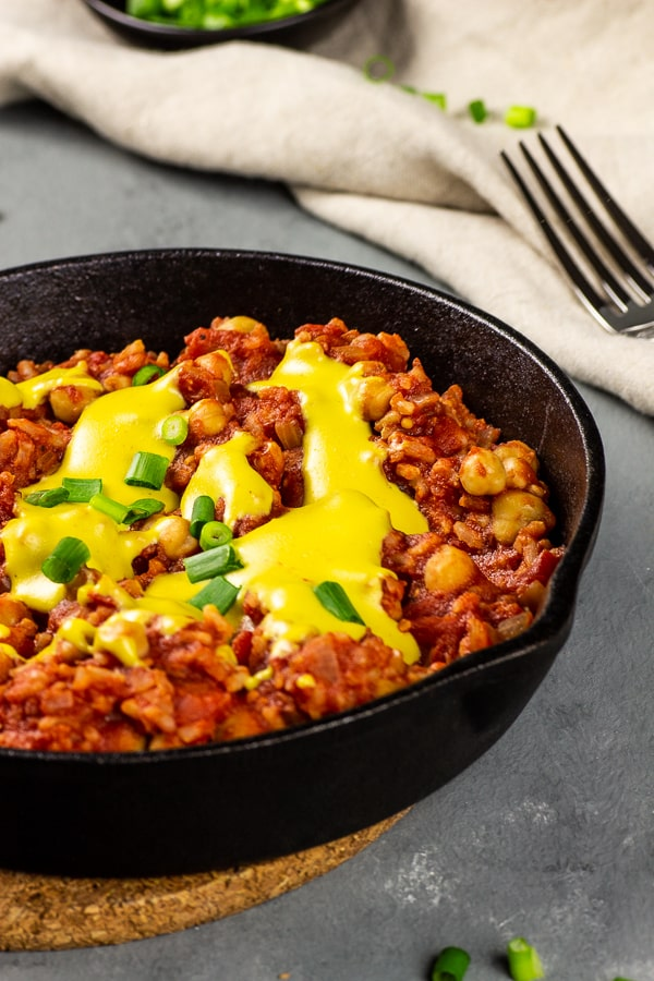 Vegan Enchilada Skillet with Rice - a quick comfort food you have in minutes on the table. This vegan enchilada skillet with the stringy cheese sauce leaves nothing to be desired. Whether you prepare it as a quick dinner during the week or on the weekends as a delicious feel-good meal, it will please everyone. vegan   vegetarian   dairy-free   egg-free   lactose-free   soy-free   nut-free   gluten-free