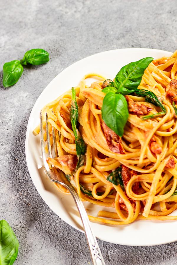 Wer kennt sie, die cremige Alfredo Soße aus Rom? Auch wir können eine leckere cremige vegane Pasta mit Alfredo Soße essen ohne Parmesan, Milch und Butter zu benötigen. Versuche dieses leckere Rezept mit geschmackvollen sonnen-getrockneten Tomaten, nahrhaftem Spinat und einer auf Cashew-basierenden Tomaten Alfredo Soße. vegan   vegetarisch   auf Pflanzenbasis   vollwertig   glutenfrei   ölfrei   zuckerfrei