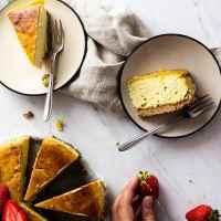 Einfacher, gebackener Veganer New York Käsekuchen mit stückiger Erdbeersoße