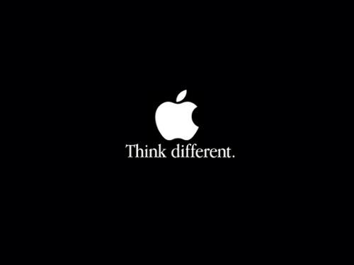 El eslogan de Apple, Think Different, con un logotipo de manzana blanca