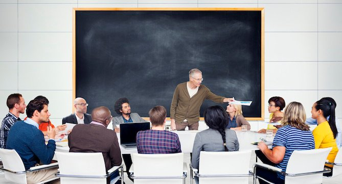 """Compañeros de trabajo sentados alrededor de un conferenciante que organiza un taller de desarrollo profesional """"title ="""" professional-development-activities. jpeg """"width ="""" 669 """"height ="""" 361"""