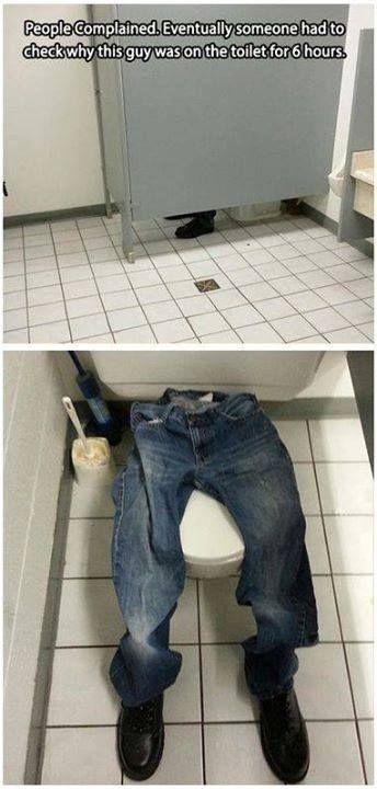 Broma de oficina con pantalones y zapatos vacíos en el baño