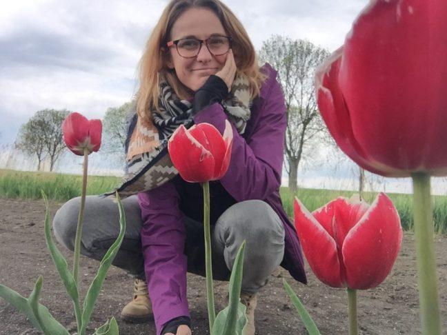 Veerle in een tulpenveld