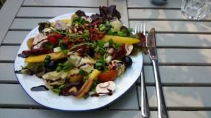 Rosmarinkartoffel mit Salat, Pesto, Kirschtomaten, Artischocken und mehr beim Café Nasch, Hamburg