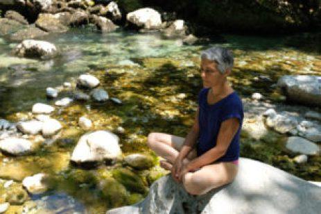 Lena naturopathe en bord de rivière