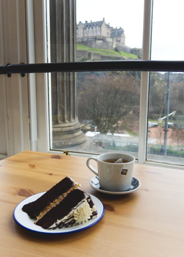 Slice of cake and tea in front of Edinburgh Castle