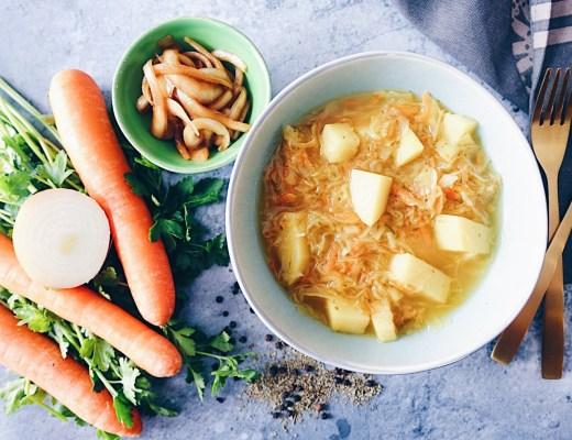Polnische Sauerkrautsuppe und eingelegte Zwiebeln Vegan