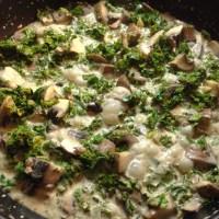 Stuvet grønkål med svampe