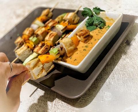 Pinchos veganos de tofu al estilo Satay tailandés