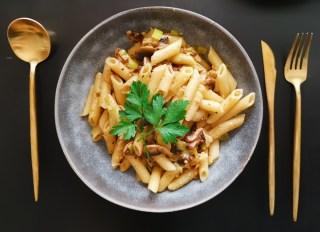 Receta vegana de macarrones con champiñones y puerros