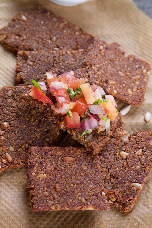 Crackers maken met zonnebloempitten, miso en wortel