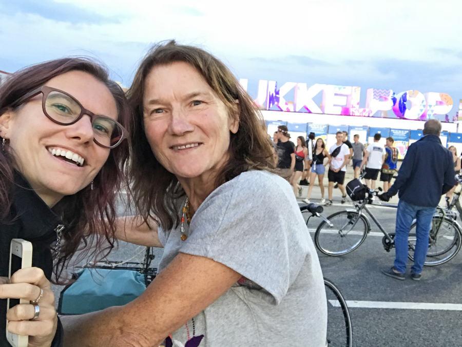 Elke en Hilde in Hasselt op de fiets bij Pukkelpop