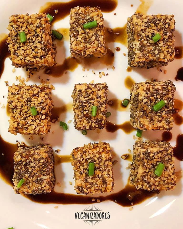 Tofu com Crosta de Gergelim e Chia Vegano - Receita Veganizadores
