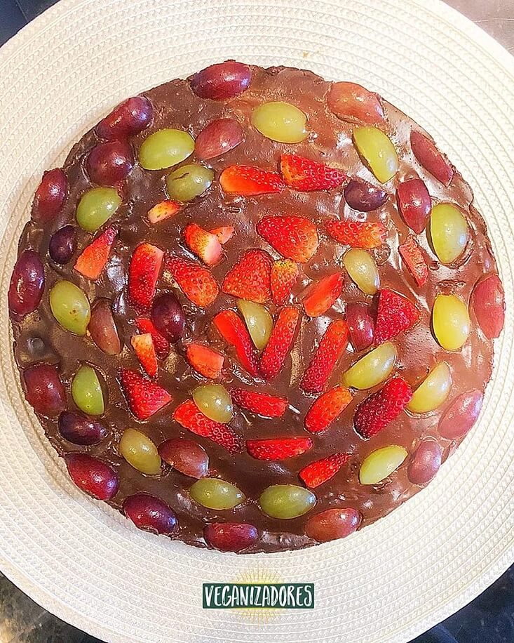 Torta Vegana de Chocolate com Frutas - Receita Veganizadores