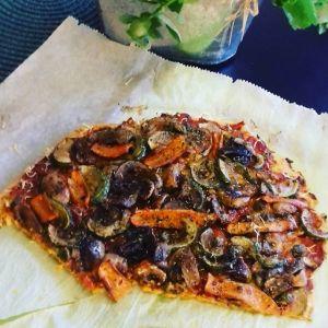vegansk pizza på bakpapper