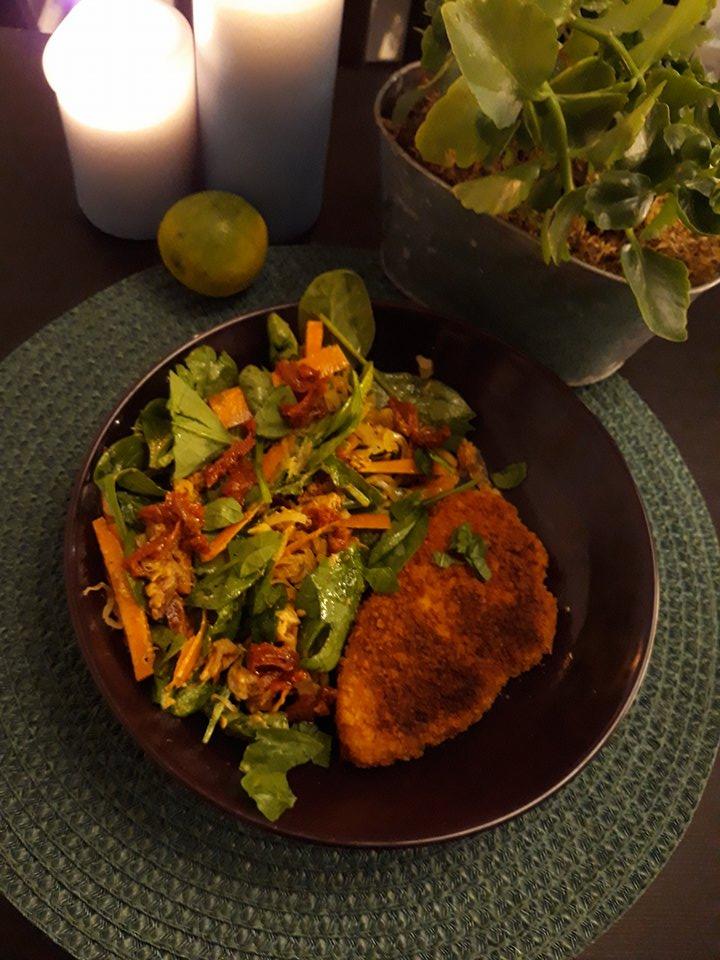 vegansk schnitzel med sallad och tända ljus