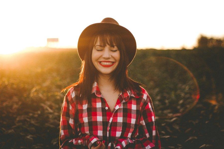 Glad tjej med rött läppstift