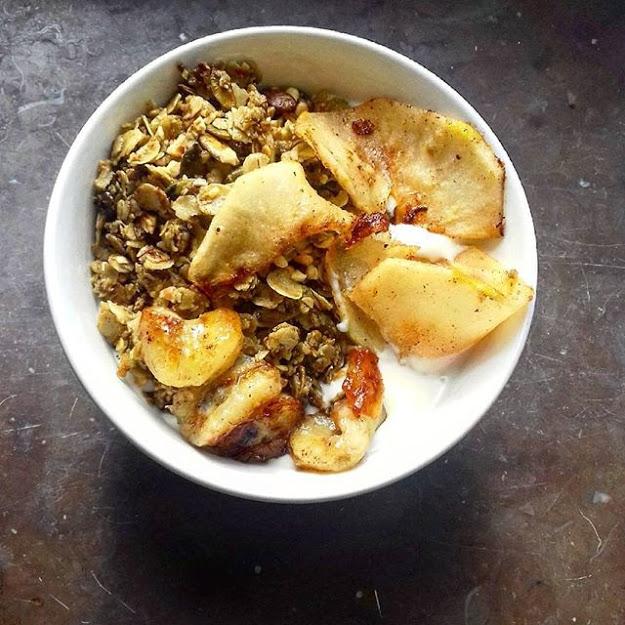 vegansk frukost - vegansk yoghurt med granola och äpplen