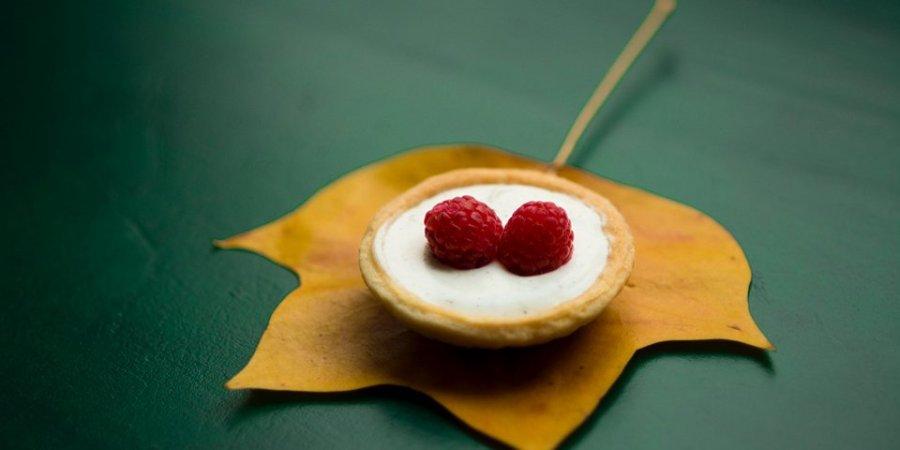 Vegansk kaka med hallon på med löv