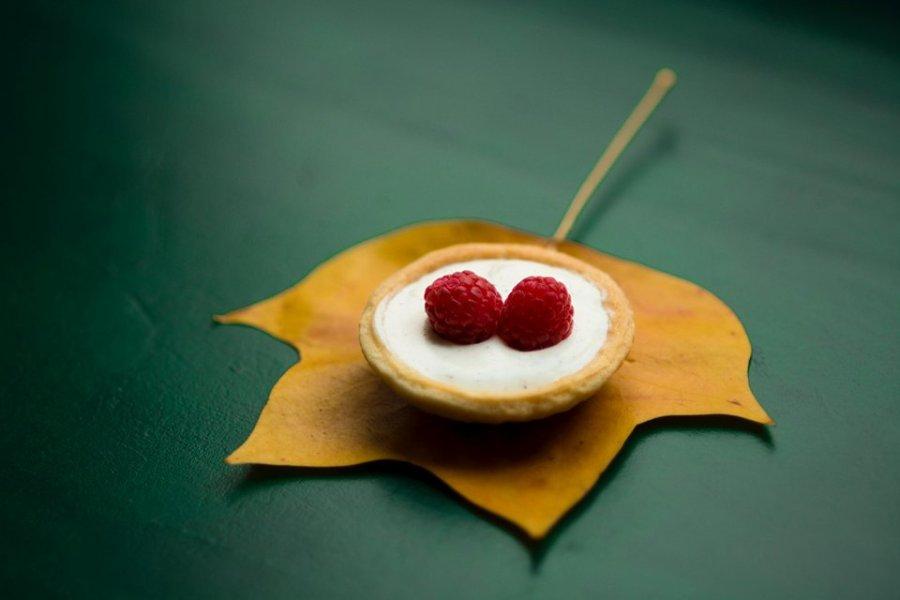 Mindfulness och mat - kaka med hallon på med löv