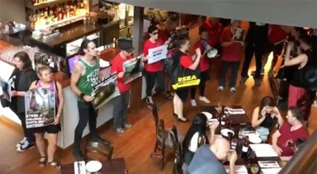 Activişti întrerupând masa clienților în Rare Steakhouse din Melbourne