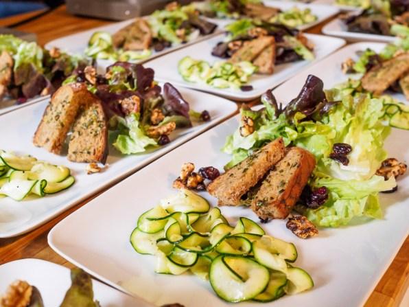 Salat mit Zucchini und Röstbrot mit Schnittlauchbutter - vegan