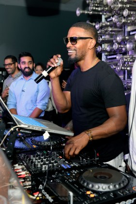 Jamie Foxx behind the turntables at Hyde Bellagio