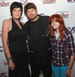 Amazing Johnathan (c), girlfriend and manager Anastasia Synn