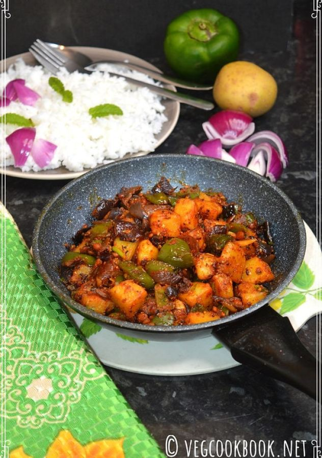 Potato capsicum dry curry / aloo shimla mirch sukhi sabzi with Indian masala. spicy bell pepper curry within 20 mins with few ingredients.