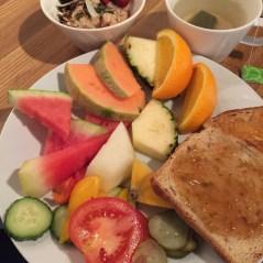 Hotelliaamupalalla voi hamstrata hedelmiä, usein tarjolla on myös paahtoleipää ja marmeladia sekä puuroa, johon voi lisätä marjoja ja siemeniä.